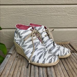 Toms white and grey wedges
